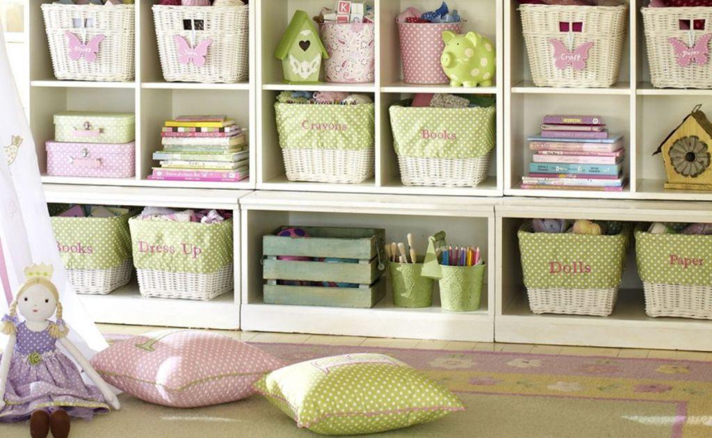 Мебель для хранения купить или сделать не столько сложно, а вот приучить ребенка складывать туда свои игрушки — это задача посложнее