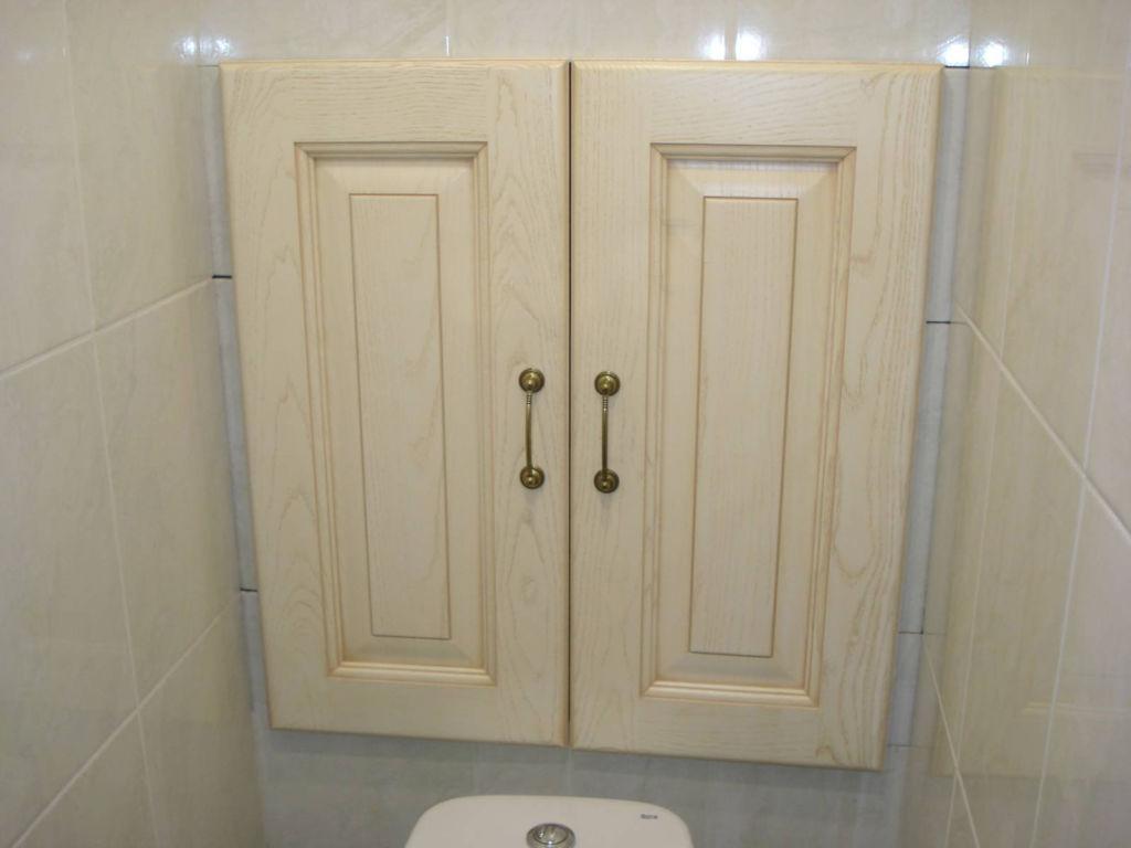 Встроенный шкафчик с распашными дверцами