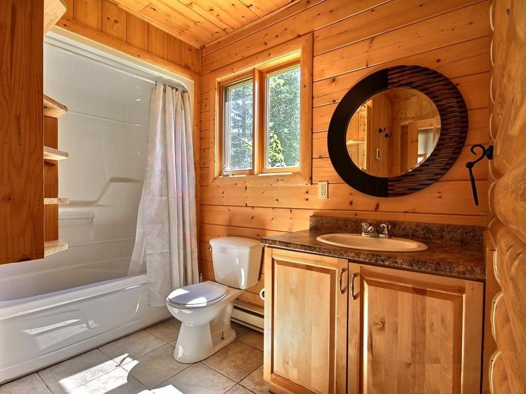 Ванная комната в частном доме может быть удобной, многофункциональной и, в то же время, красивой
