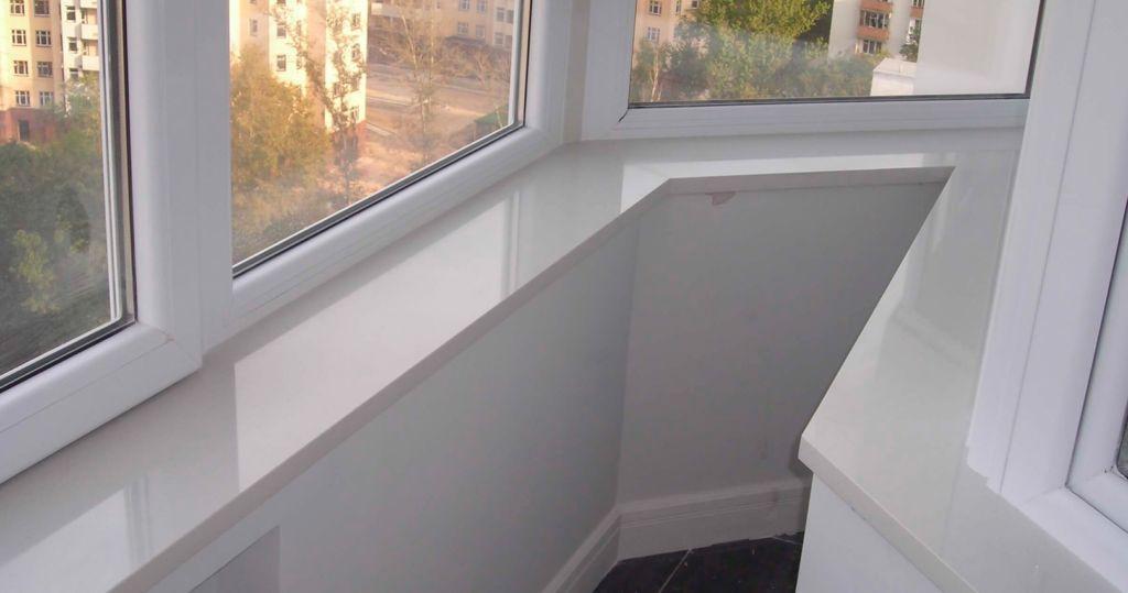 Одной из главных функций считается то, что подоконник препятствует попаданию холодного воздуха снаружи и не выпускает теплый изнутри