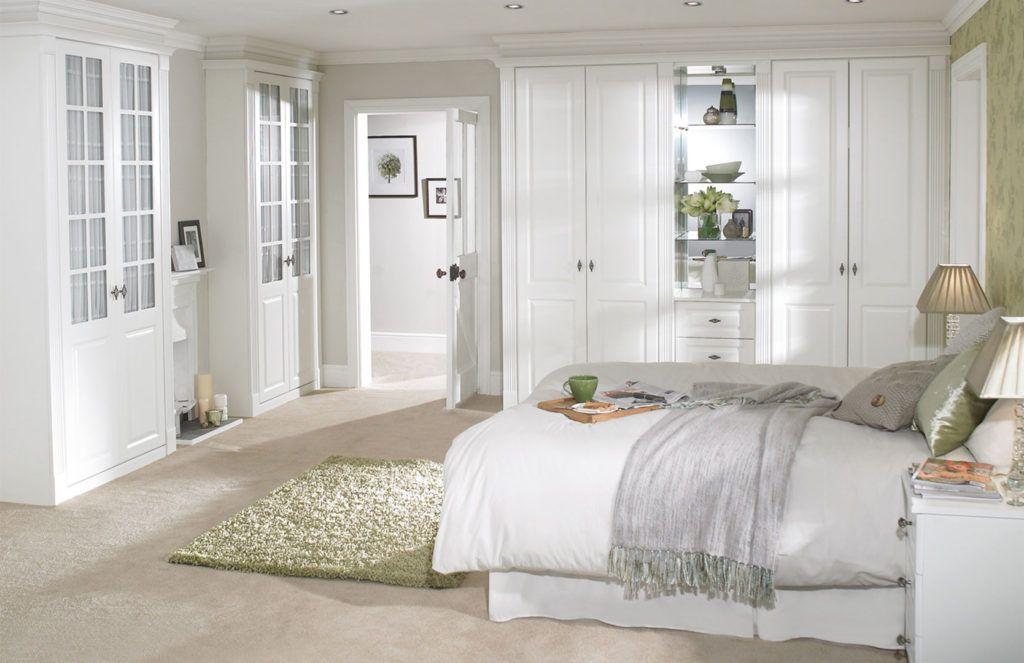 Интересным и необходимым элементом в белой спальне является мягкий однотонный ковер