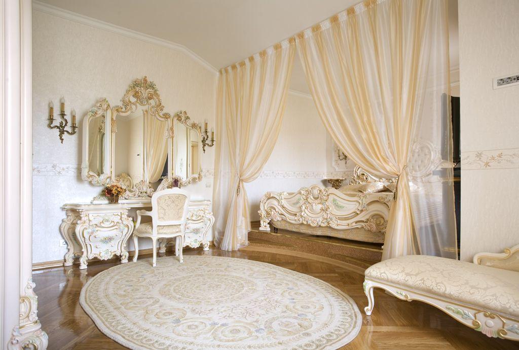 В стиле барокко очень интересным сочетанием с белым будет жемчужный оттенок