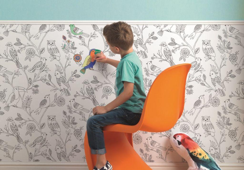 Бумажные обои боятся влаги, поэтому если ребенок в порыве творческого вдохновения обрисует их фломастерами, смыть рисунок не получится