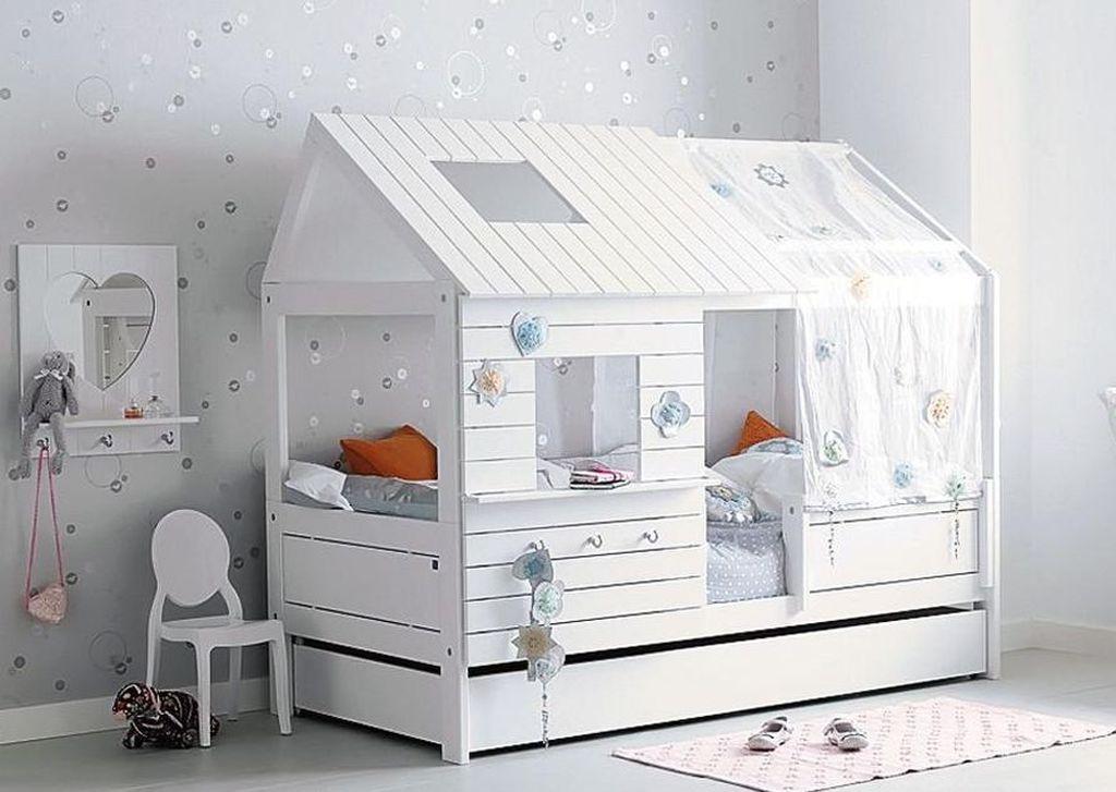 Кровать-домик позволяет ребенку уединиться при необходимости
