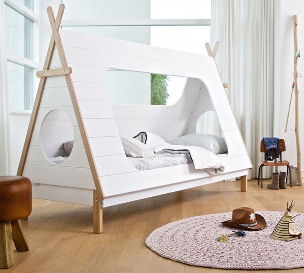Интересным вариантов будет сочетание светлой кровати и деревянной отделки пола среди белых стен