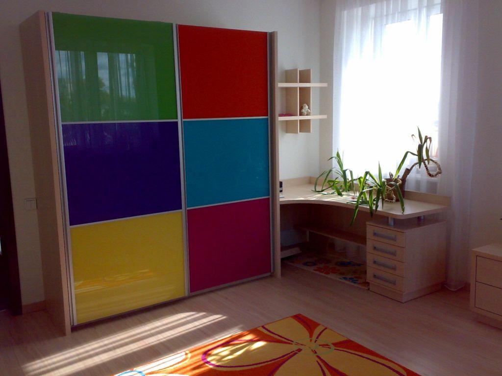 Шкаф купе в детской комнате, оформленный несколькими цветами