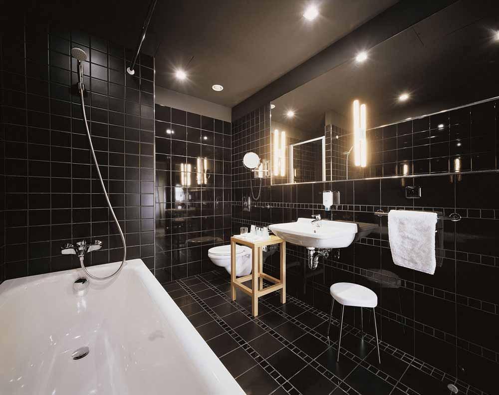 Черную плитку можно использовать только в просторной ванной