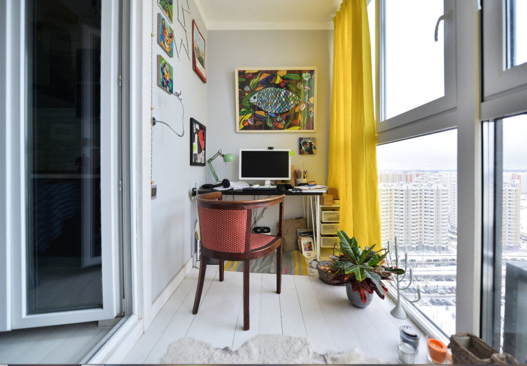Интерьер кабинета украшен несколькими картинами на стенах и декоративными элементами.
