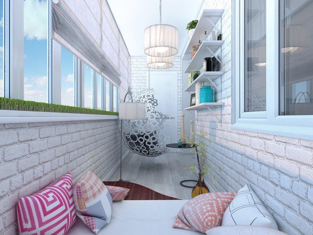 Светлый интерьер балкона с подвесным креслом