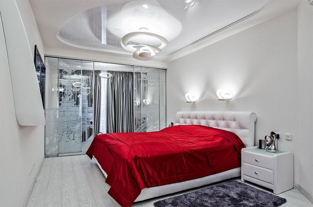 Декоративные элементы, такие как лампа, ваза или покрывало могут иметь яркие и сочные цвета