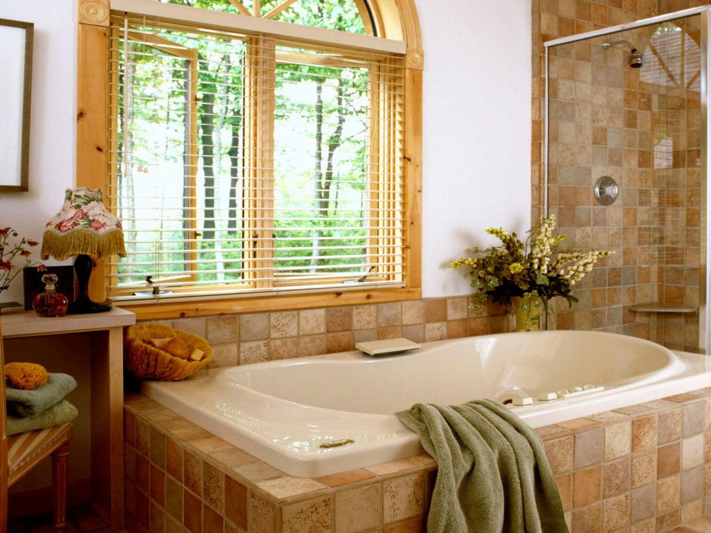 Устанавливая окно в ванной квартиры, необходимо обеспечить достаточную приватность, повесить жалюзи