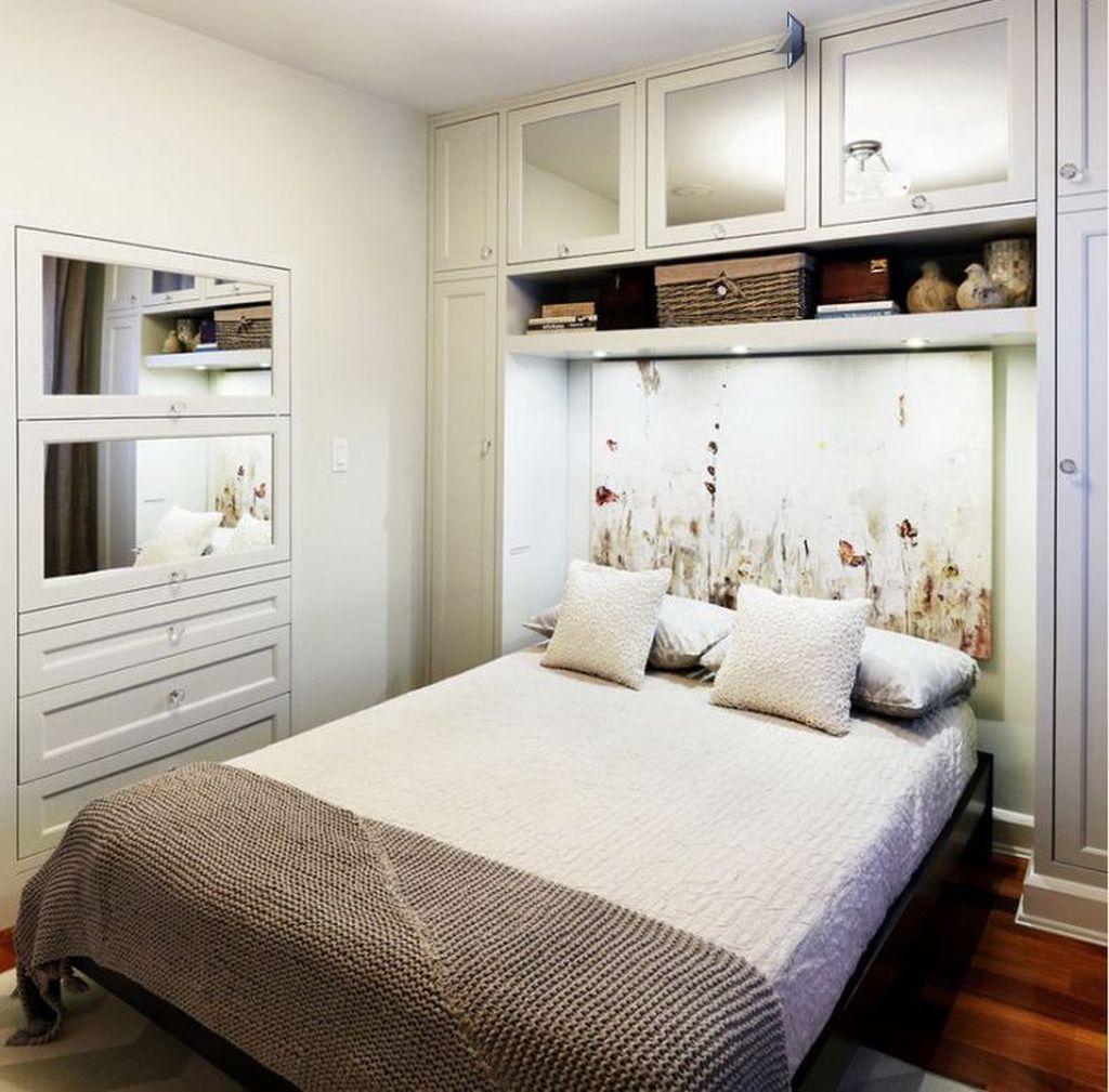 Шкаф можно заменить полками над кроватью