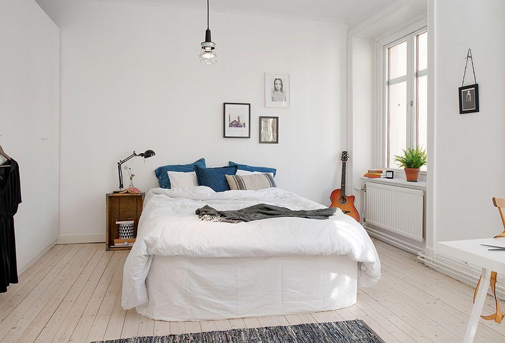 К белому интерьеру спальни можно добавить яркие декоративные акценты