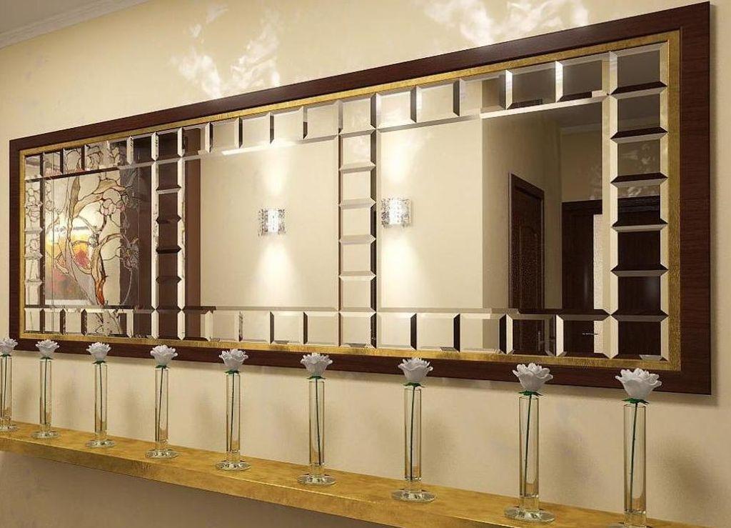 В гостиной можно расположить зеркальную поверхность с фацетом в раме
