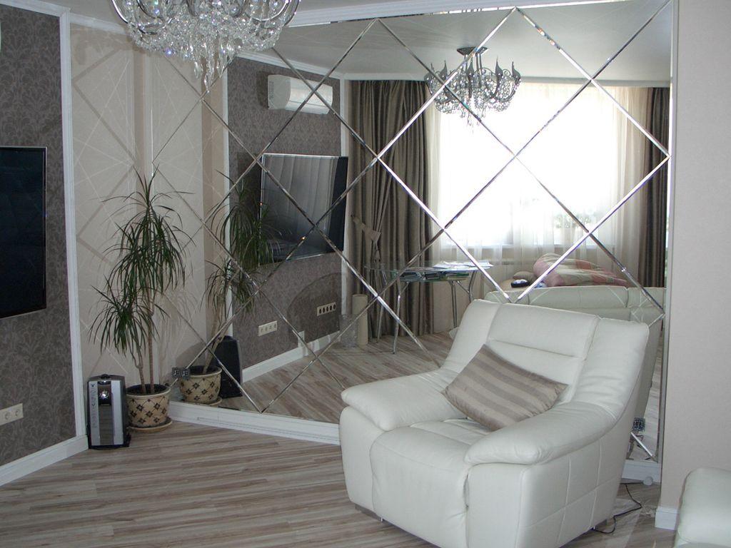 Зеркальное панно во всю стену способно визуально увеличить комнату