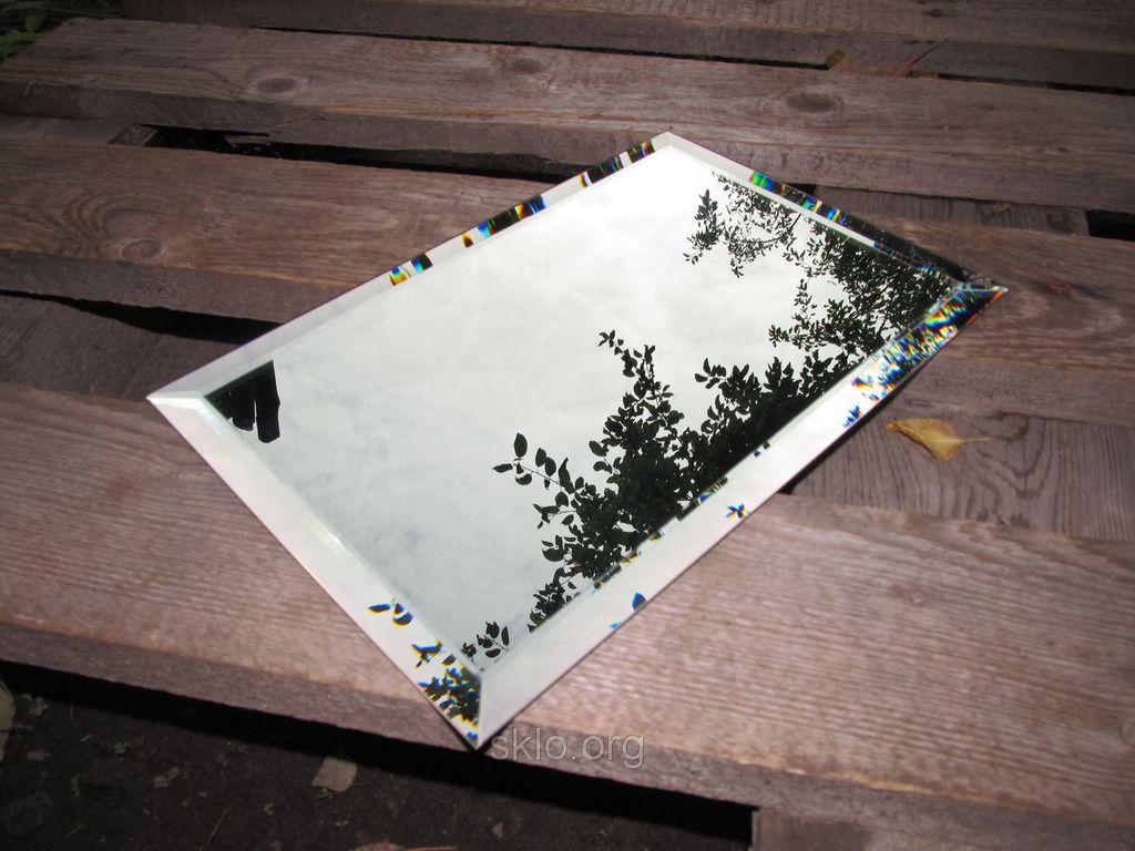 В зависимости от дизайна интерьера зеркальной плиткой с фацетом можно выложить часть стены или произвольные участки