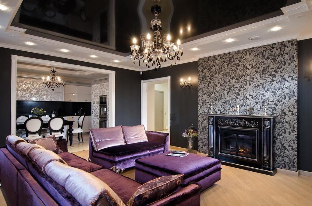 Фиолетовые и темно-синие цвета в сочетании с шикарными аксессуарами также соответствуют стилистике