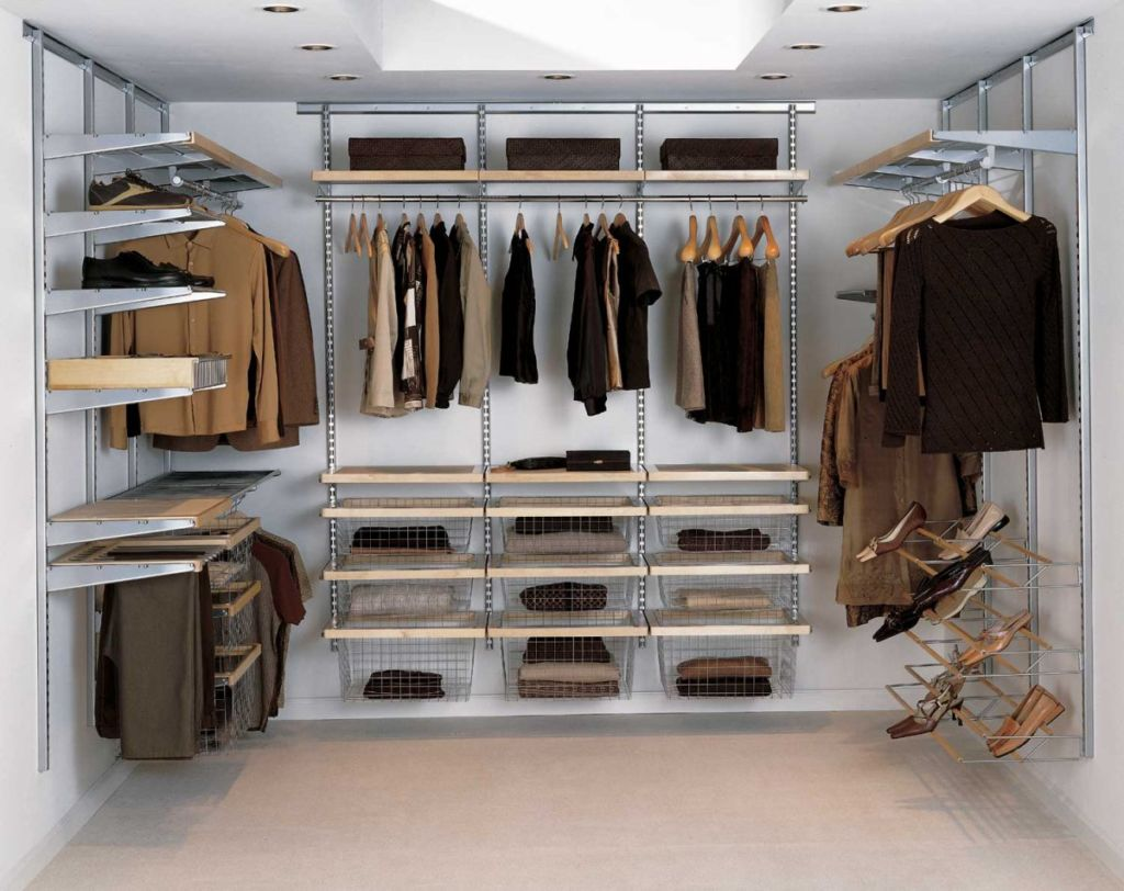 В любой гардеробной необходимо установить вытяжку