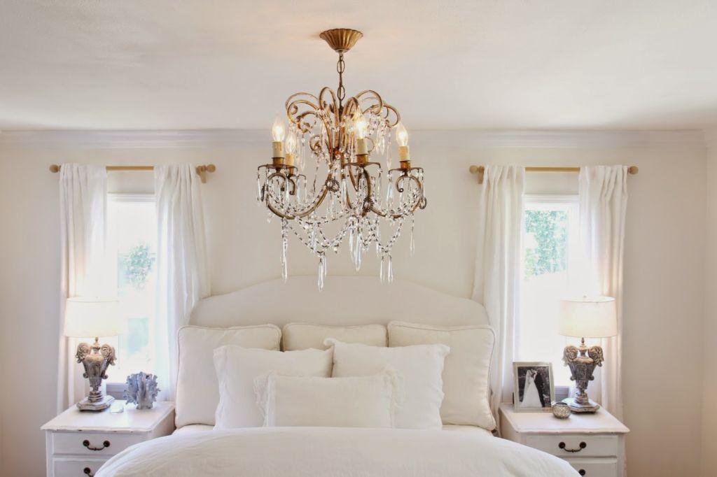 Основной отличительной особенностью люстр для спальни является необходимость их соответствия внутреннему миру человека