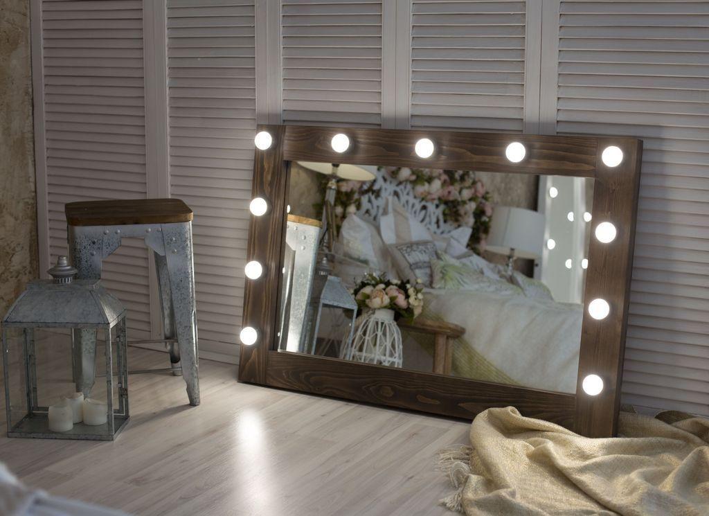 С помощью гримерного зеркала можно подсветить определенную зону