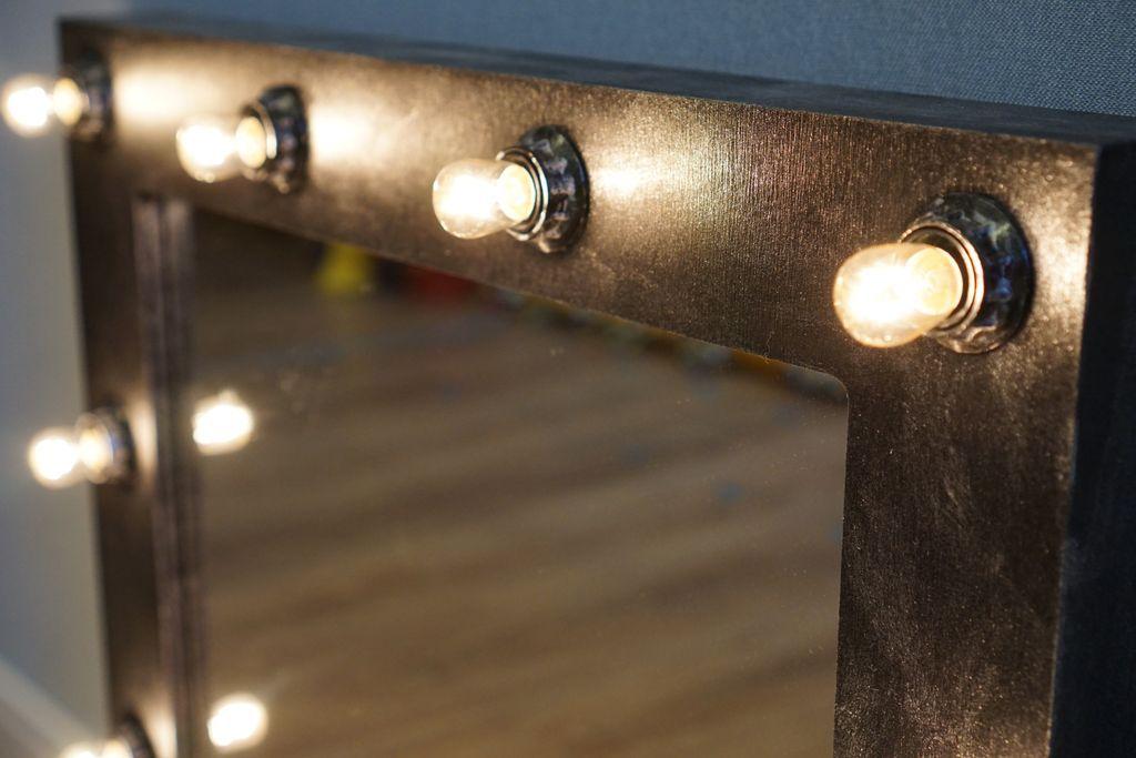 Большое значение имеет качество зеркальной поверхности и яркость подсветки