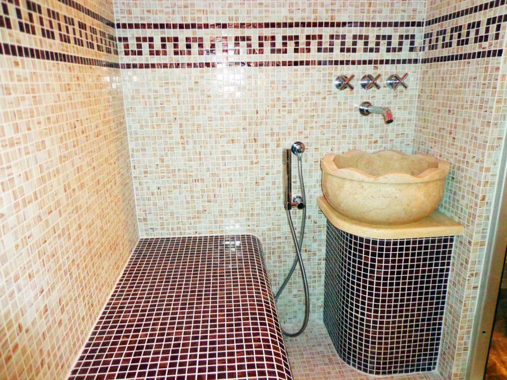 Хамам отделывают достаточно дорогими материалами: мрамором или мозаикой.