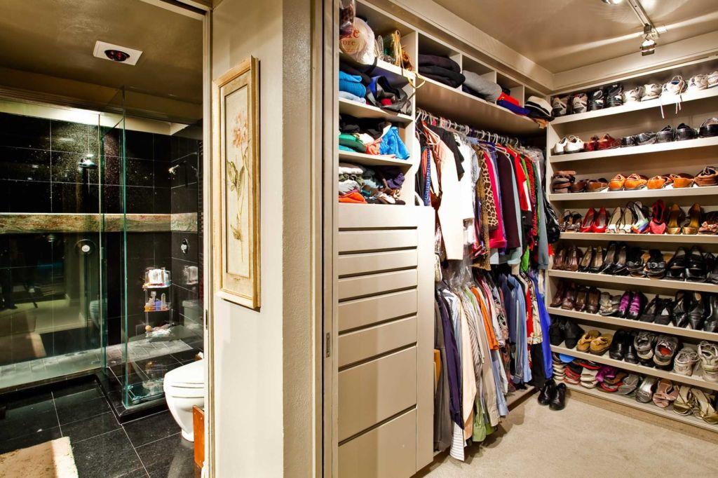 Вариант необычного хранения обуви в гардеробной