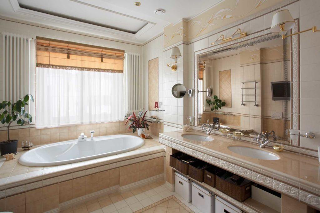 В небольшой ванной всегда не хватает света, а наличие окна дает возможность использовать естественное освещение