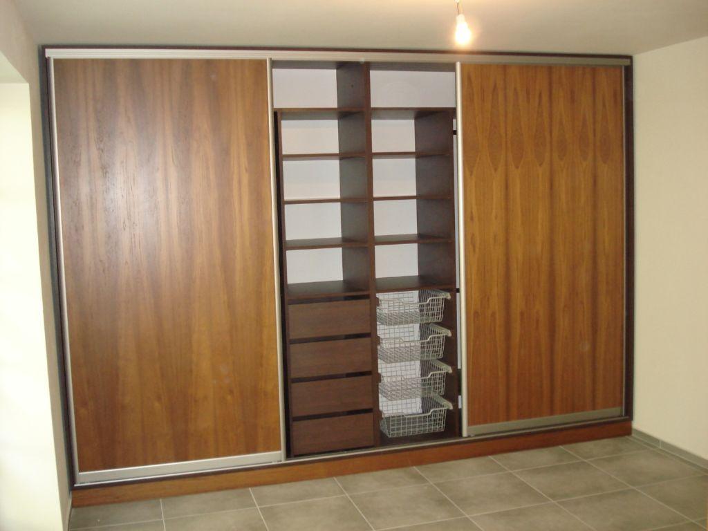 Шкаф купе на всю стену с элементом открытого хранения