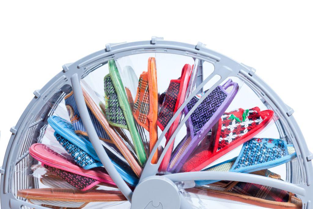 Колесо для обуви просто в использовании, его поворачивают и в это время выбирают необходимую пару