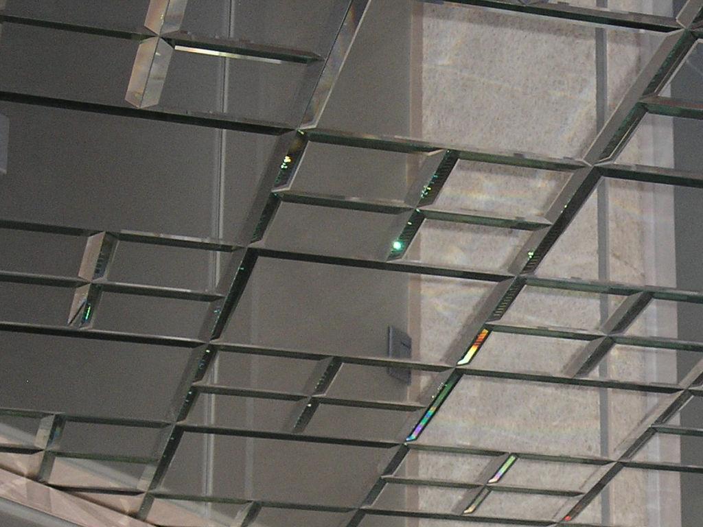 Зеркальный потолок из элементов с фацетом