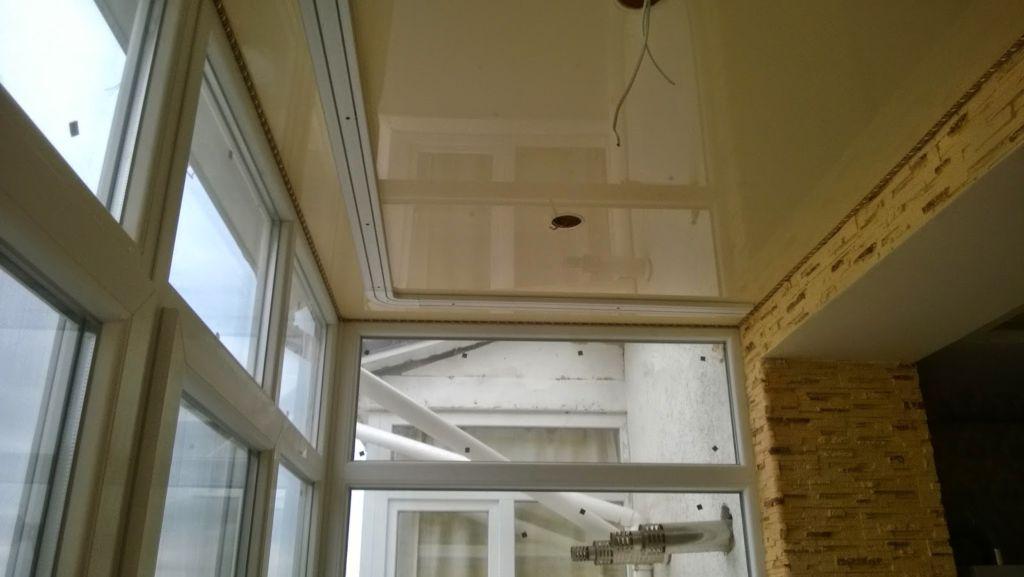 Для облицовки потолка подходят не все материалы, но их список достаточно велик