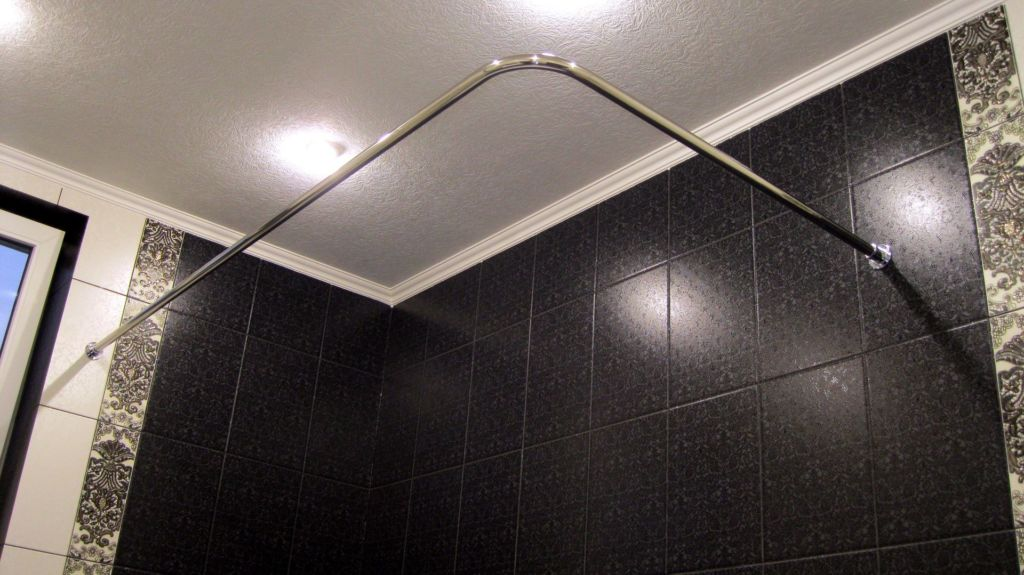 Угловой вариант подходит для ванн в форме угла или нестандартных помещений для принятия водных процедур