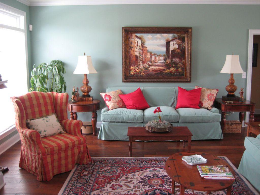 В большинстве случаев самую большую картину размещают по центру стены над диваном