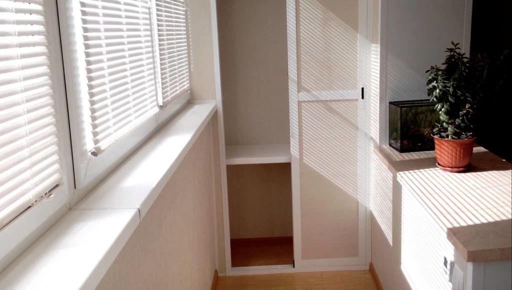 Компактный шкаф на балконе