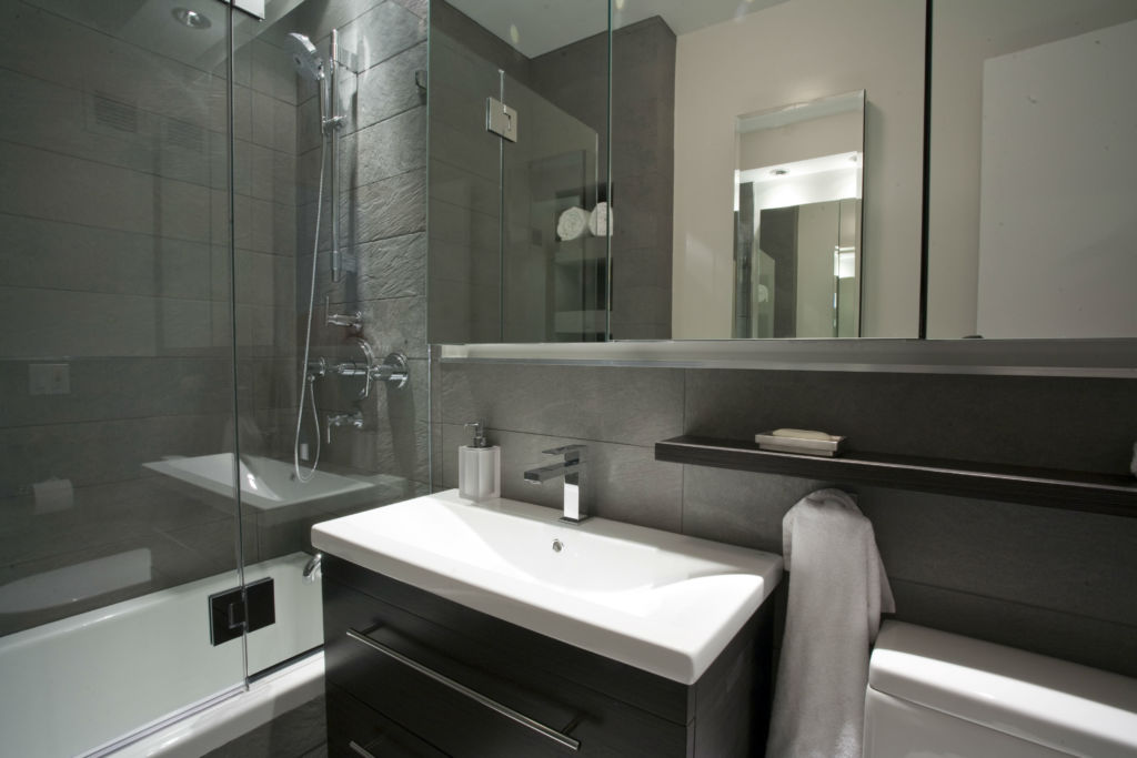 Интерьер ванной комнаты 4*4 с душем в светлых тонах в стиле модерн