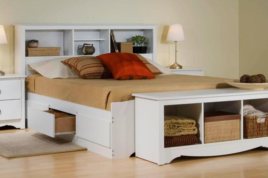 Если же полочки будут декоративными, вы можете размещать их на любой высоте над кроватью