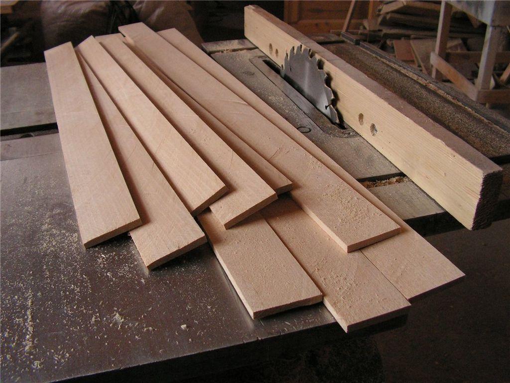 В зависимости от инструмента, для самостоятельного изготовления можно использовать доски из березы или фанеру