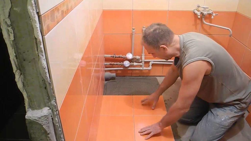Если потолки в ванной низкие, то для стен выбирайте прямую кладку прямоугольным кафелем, уложенным по длине