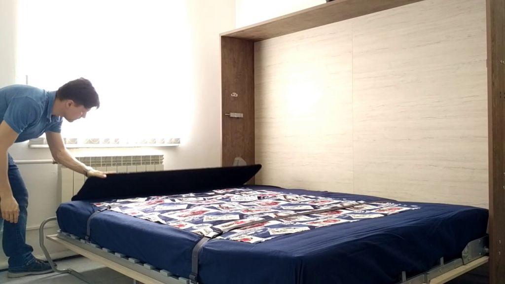 Поднятое спальное место освобождает достаточно пространства для комфортного перемещения по комнате