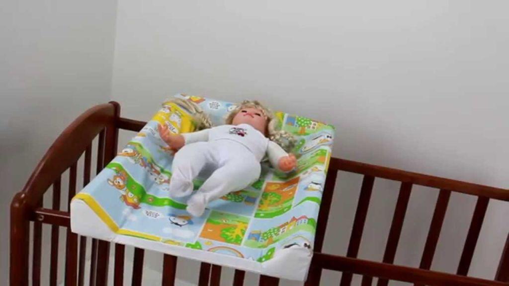 Пеленальная доска - это плотная, надежная поверхность, которая не доставляет ребенку неприятных ощущений