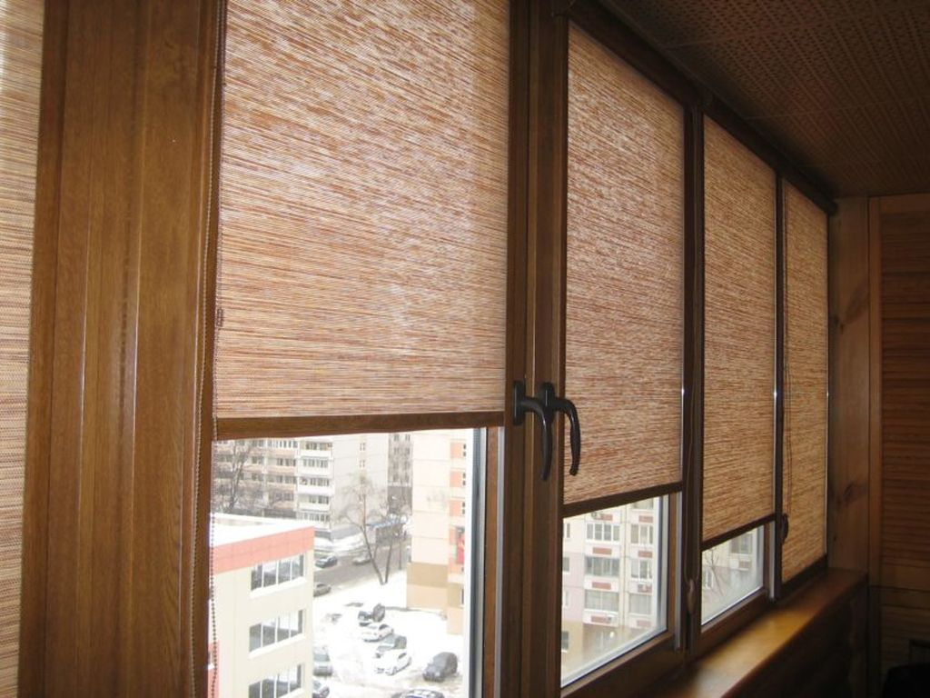 Чтобы пластик не подвергался воздействию солнечных лучей на окна нужно установить шторки