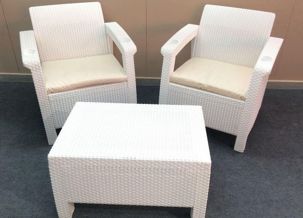Пластиковая мебель недорогая, но от высоких температур может выгореть и деформироваться