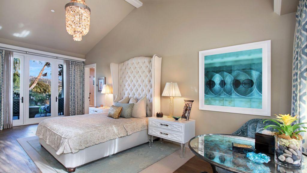 Для спальни наиболее благоприятен приглушенный свет, дополнительное освещение - настольные лампы