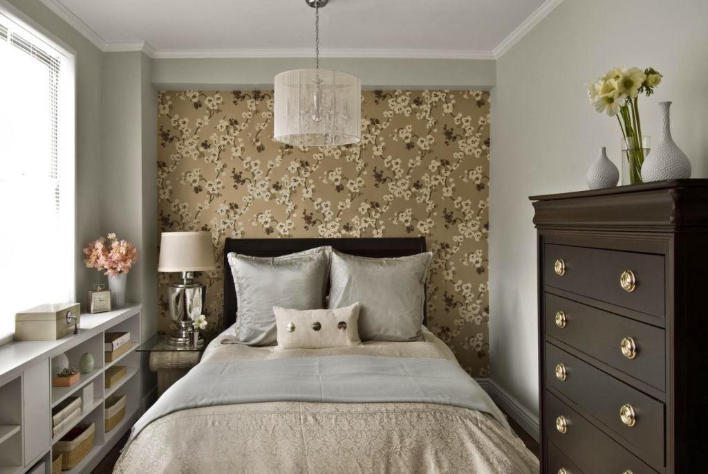 Обои для маленькой спальни играют важную роль, от цвета и рисунка будет зависеть то, насколько комфортно будет в ней находиться и спать
