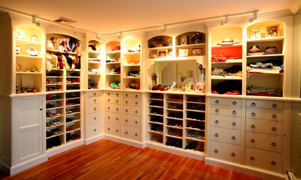 Логично расположить все сезонную обувь в гардеробной на удобных стеллажах или открытых полках