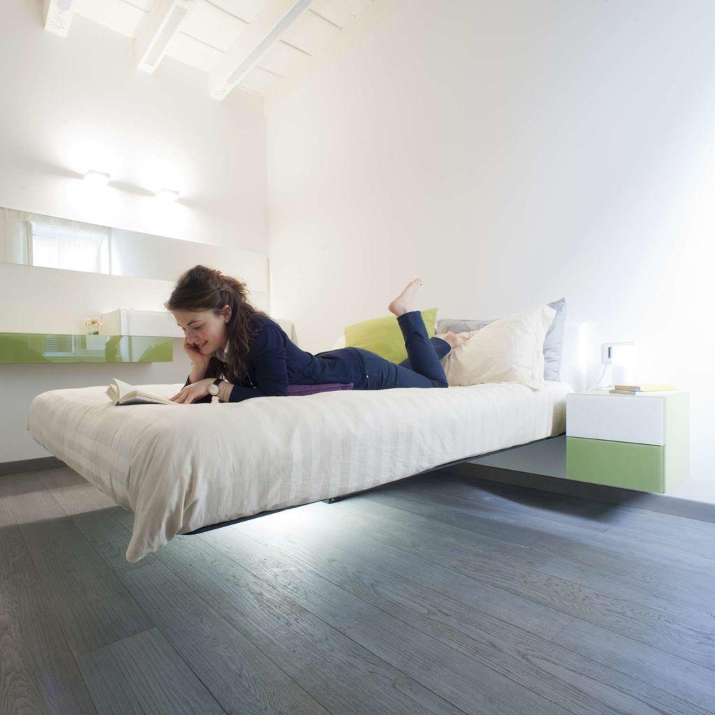 Чтобы парящую кровать удачно вписать в помещение нужно соблюдать симметрию в спальне.