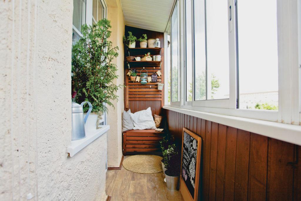 Уголок для отдыха можно обустроить в противоположной стороне балкона