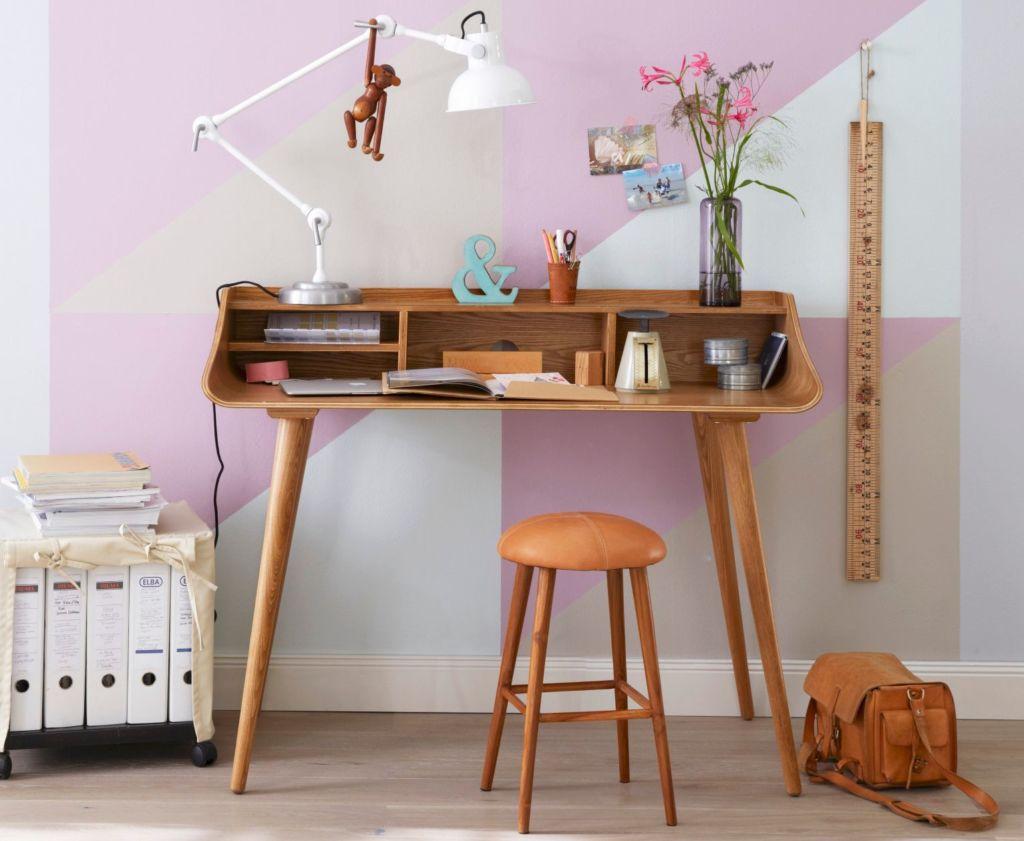 Письменный стол является неотъемлемым предметом интерьера детской комнаты