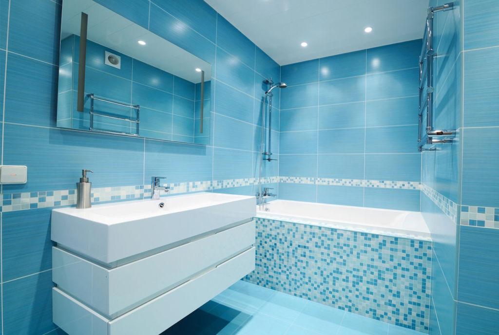 Для правильной раскладки плитки в ванной комнате нужно знать точные размеры, поэтому замерьте все стены помещения с учётом дверного проёма